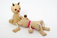 Figure di legno degli amici nella stenditura di amore Fotografie Stock Libere da Diritti