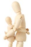 Figure di legno del bambino d'abbraccio del genitore Fotografie Stock Libere da Diritti