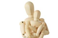 Figure di legno del bambino d'abbraccio del genitore dalla parte posteriore Immagini Stock