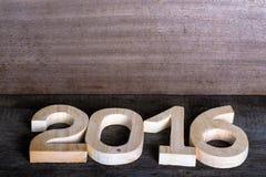 Figure di legno leggere 2016 su fondo di legno grigio nel retro vin Fotografie Stock