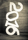 Figure di legno leggere 2016 su fondo di legno grigio nel retro vin Immagine Stock