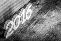 Figure di legno 2016 su fondo di legno grigio modificato Fotografia Stock