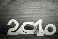 Figure di legno 2016 su fondo di legno grigio modificato Fotografie Stock Libere da Diritti
