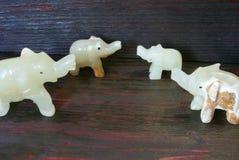 Figure di pietra di felicità fatta a mano degli elefanti! fotografie stock
