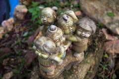 Figure di pietra nell'erba Fotografia Stock