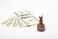 Figure di scacchi che stanno sui dollari americani Fotografia Stock