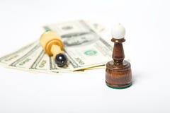 Figure di scacchi che stanno sui dollari americani Fotografia Stock Libera da Diritti