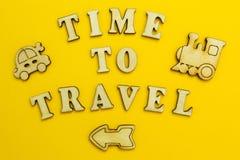 Figure di trasporto su un fondo giallo, tempo di viaggiare fotografia stock libera da diritti