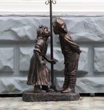 Figure di un ragazzo e di una ragazza da bronzo Immagini Stock