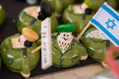 figure divertenti del soldato israeliano del ricordo da vendere al mercato dell'artigianato fotografia stock