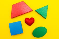 Figure e cuore su un fondo giallo fotografie stock