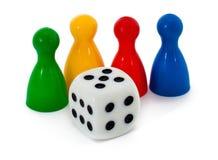 Figure e dadi del gioco da tavolo Fotografie Stock