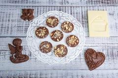 Figure e mediants romantici del cioccolato con i dadi Fotografia Stock Libera da Diritti