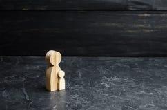 Figure en bois de mère et d'enfant Concept de grossesse, d'accouchement et d'éducation Fortunity Éducation et tutelle d'enfant image stock