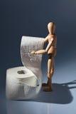 Figure en bois sur un papier hygiénique de roulis Photographie stock
