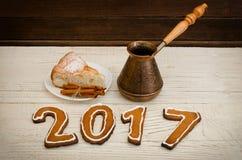 Figure en 2017 del pan de jengibre, de potes y de la empanada de manzana en una tabla de madera Imágenes de archivo libres de regalías