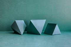 Figure geometriche composizione in natura morta Il cubo rettangolare del prisma del tetraedro tridimensionale della piramide obie Immagini Stock