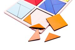 Figure geometriche variopinte educative Giocattoli di legno ecologici per il concetto dei bambini isolati su un fondo bianco Immagini Stock