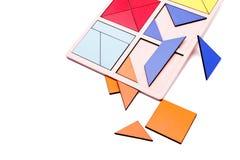 Figure geometriche variopinte educative Giocattoli di legno ecologici per il concetto dei bambini isolati su un fondo bianco Immagine Stock Libera da Diritti
