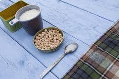Figure grãos-de-bico e especiarias em um fundo de madeira Foto de Stock