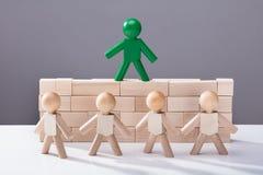Figure humaine se tenant sur les blocs en bois photographie stock libre de droits