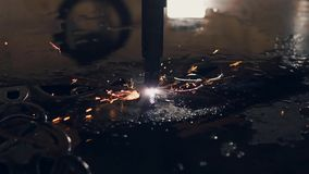 Figure o corte da folha de metal dura com utilização da tecnologia laser moderna vídeos de arquivo