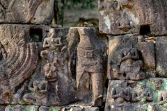 Figure scolpite bassorilievo del tempio complesso di Angkor Wat, Siem Reap, Cambogia Puzzle di pietra di rovina con Buddha Fotografie Stock