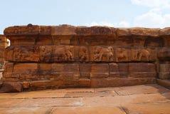 Figure scolpite degli elefanti sul adhisthana, base, tempio di Sangamesvara il Vijesvara, complesso del tempio di Pattadakal, Pat Fotografie Stock