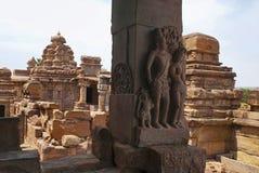 Figure scolpite del mithuna affascinante sulle colonne del mandapa nordico di mukha, tempio di Virupaksha, complesso del tempio d Fotografie Stock