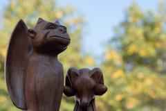 Figure scolpite di legno del pipistrello/vampiro e delle pecore favolosi Immagini Stock Libere da Diritti
