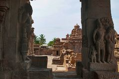 Figure scolpite dvarapala e il mithuna affascinante, sulle colonne del mandapa nordico di mukha, tempio di Virupaksha, tempio di  Fotografie Stock Libere da Diritti