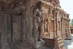 Figure scolpite dvarapala sulle colonne del mandapa nordico di mukha e su una parte di parete nordica, tempio di Virupaksha, te d Fotografia Stock