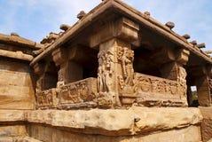 Figure scolpite e modelli floreali sulle colonne sobrie e quadrate decorate del sabha-mandapa del tempio di Khan del ragazzo, Aih Immagini Stock Libere da Diritti