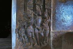 Figure scolpite sul lato destro della porta di entrata al santuario principale di griha del garbh, tempio di Durga, Aihole, Bagal Fotografia Stock