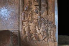 Figure scolpite sul lato sinistro della porta di entrata al santuario principale di griha del garbh, tempio di Durga, Aihole, Bag Immagini Stock Libere da Diritti