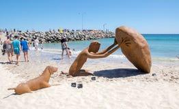 Figure sculpture avec le chien : Sculptures par la mer Photos stock