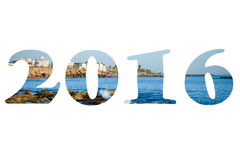 Figure 2016 sopra il mare ondeggia con schiuma sulla riva pietrosa Medite Fotografia Stock Libera da Diritti