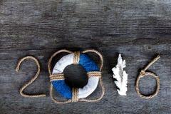 Figure 2016 su vecchio fondo di legno grigio nello stile del mare con corteggiano Immagini Stock