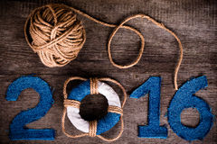 Figure 2016 su vecchio fondo di legno grigio nello stile del mare con corteggiano Fotografie Stock