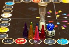 Figure variopinte del gioco con i dadi a bordo Immagine Stock Libera da Diritti