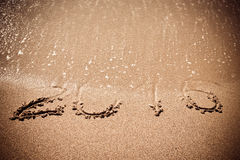 Figuren 2016 de overzeese golf met schuim wast zand op het strand in Alan Stock Afbeelding