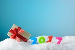 Figuren 2017 en giftdoos op sneeuw Stock Fotografie