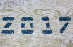 Figuren 2017 van glasparels op de witte houten achtergrond, Stock Afbeeldingen