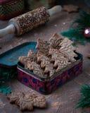 Figurerade kakor i form av en julgran och en cookware, en kavel med en modell Royaltyfri Bild