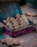 Figurerade kakor i form av en julgran och en cookware, en kavel med en modell Arkivfoto