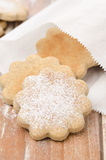 Figurerade kakor som strilas med pudrat socker i ett pappers-, hänger lös Arkivfoto