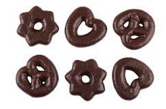 Figurerade pepparkakor i choklad som isoleras på vit bakgrund Arkivbild