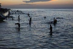Figures au coucher du soleil dans la ville en pierre Zanzibar, Image libre de droits