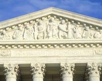 Figures découpées dans le fronton de la construction de court suprême des Etats-Unis, DC de Washington C Photos libres de droits