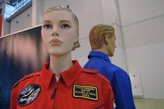 Figures d'une femme et d'un homme dans des costumes de l'espace Image stock